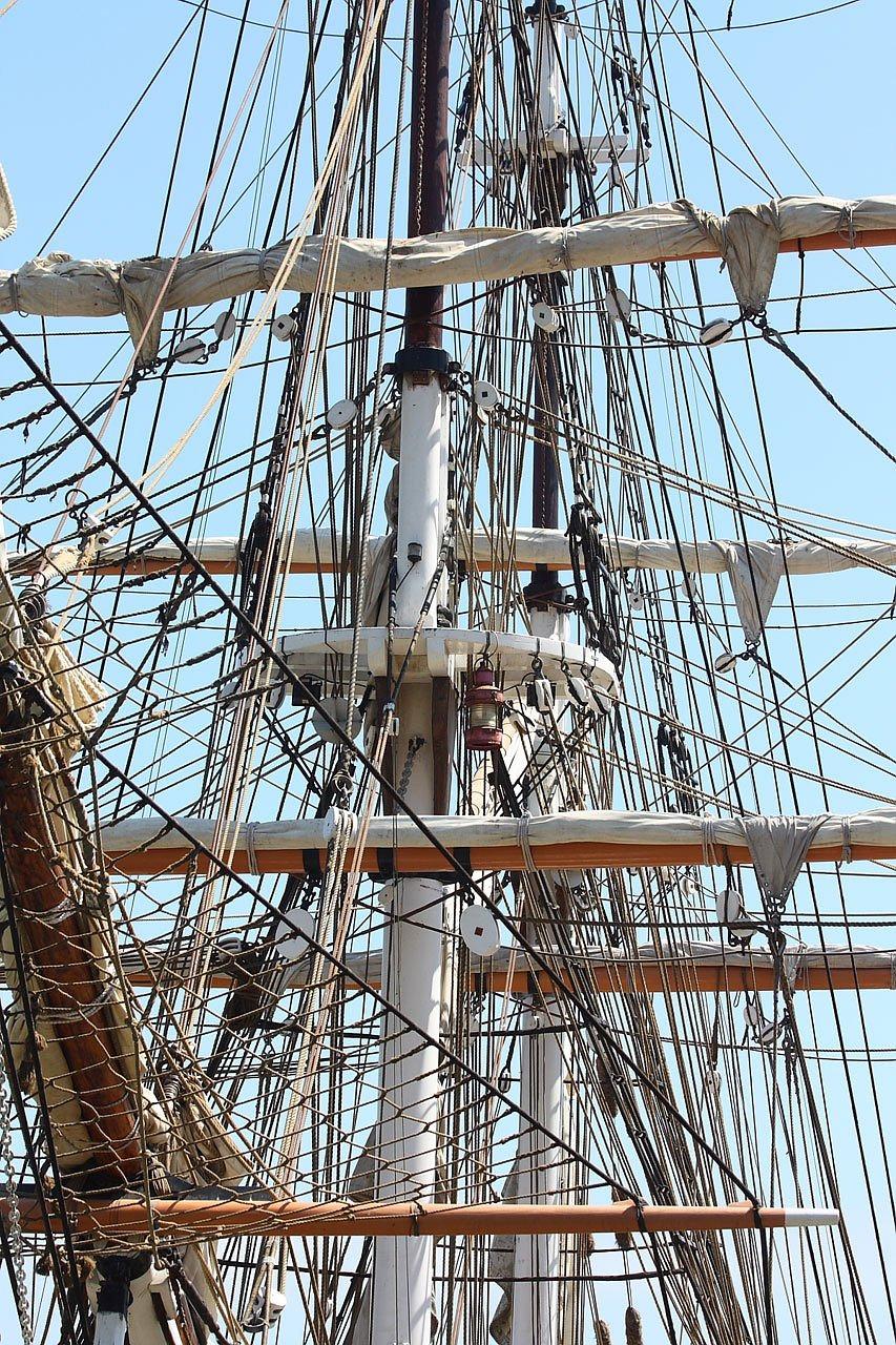 один раз поднятые паруса на корабле фото вот строгое