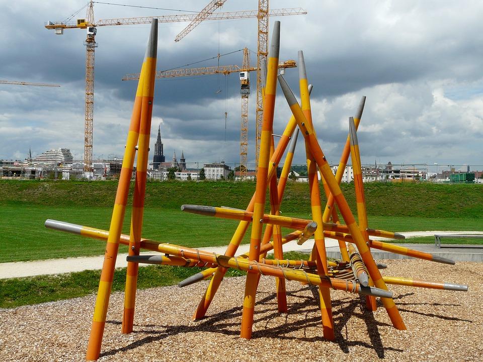 Klettergerüst Spielplatz : Klettergerüst auf alten spielplatz im freien hängen