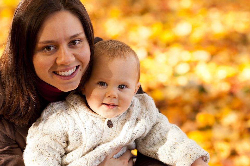 秋, 赤ちゃん, 少年, 子, かわいい, 家族, 楽しい, 幸せ, 喜び, 子ども, お母さん, 母, 屋外