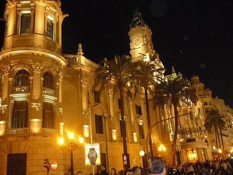 Qué ver qué hacer en Valencia, Fachada encendida Ayuntamiento de Valencia panorámica de Aranjuez