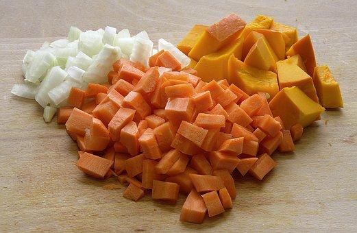 Dynia, marchewka oraz cebula pokrojone na kawałki.