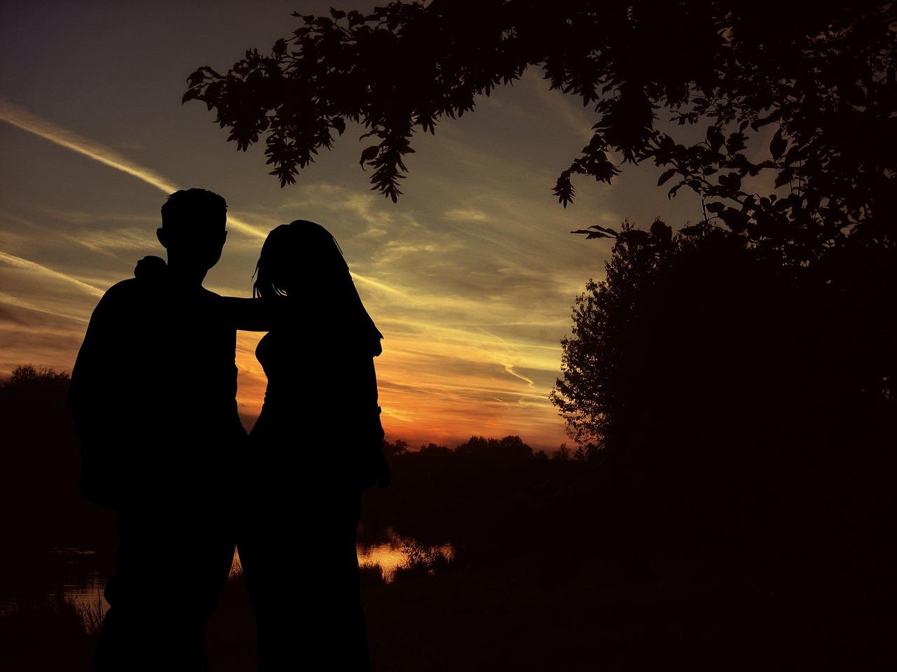 Картинки с парнем и девушкой обнимаются ночью