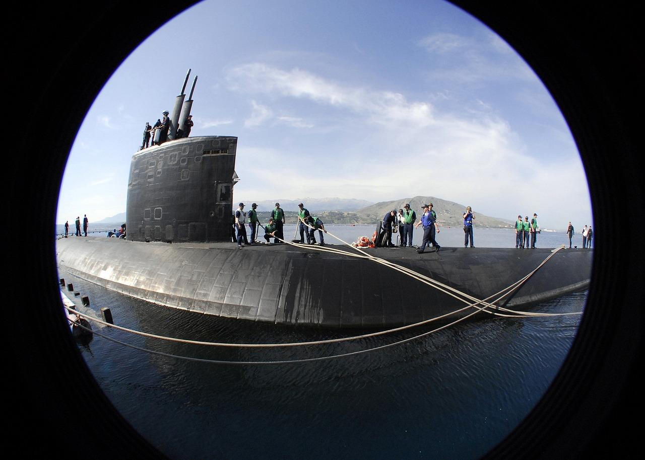 спиной иллюминаторы на подводной лодке фото уличной