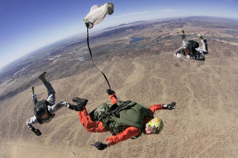 Wer es einmal macht will es wieder machen: Fallschirmspringen.