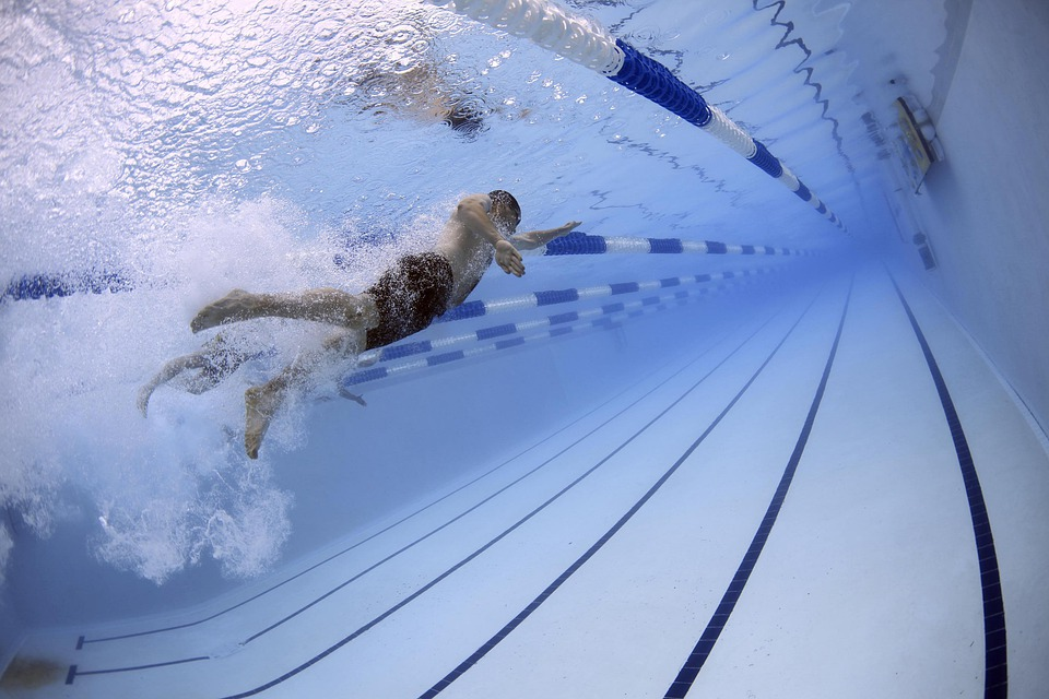 https://cdn.pixabay.com/photo/2013/02/09/04/23/swimmers-79592_960_720.jpg