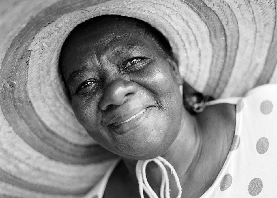 Mujer Sombrero Sonrien...