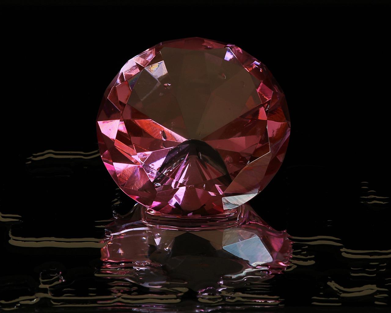 Розовый алмаз фото