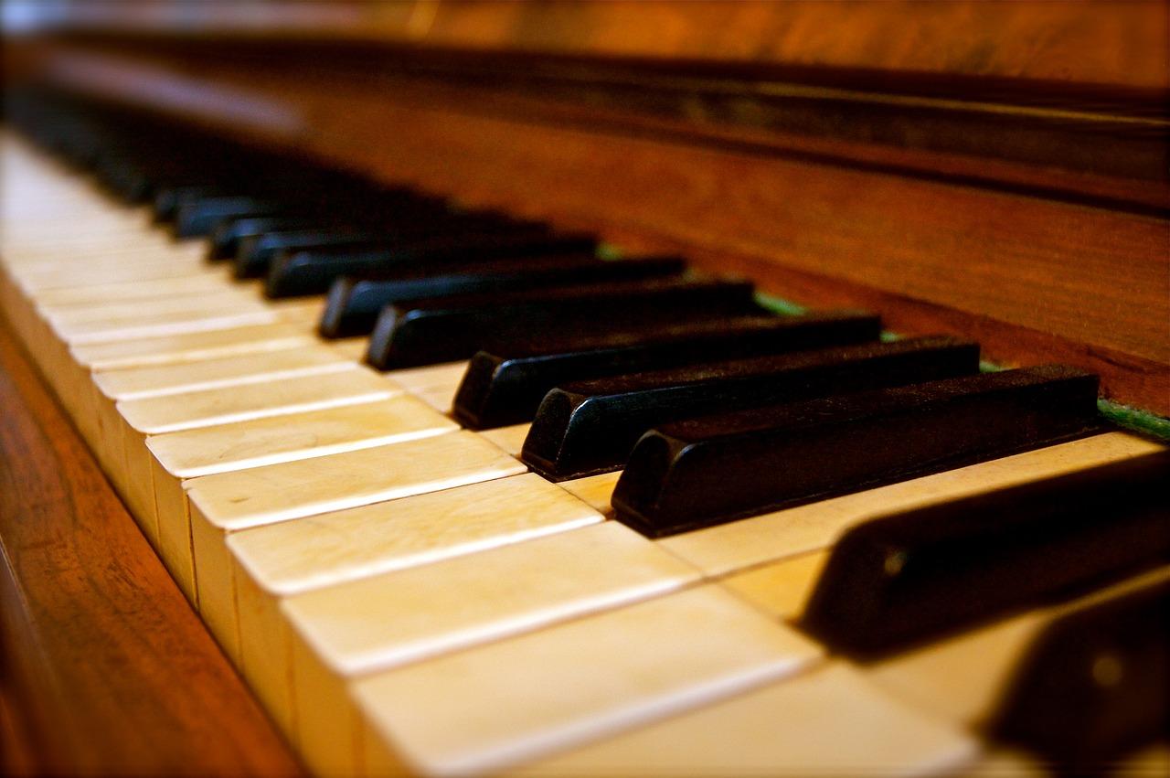 фото красивых клавиш пианино сочетает ряд