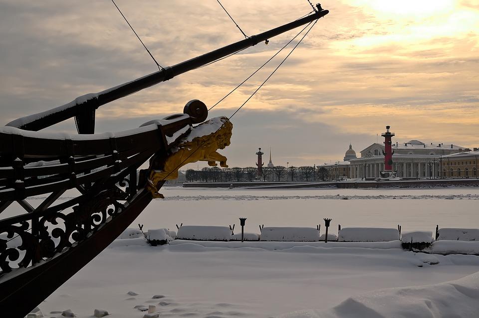 В Петербурге объявили войну неубранному снегу