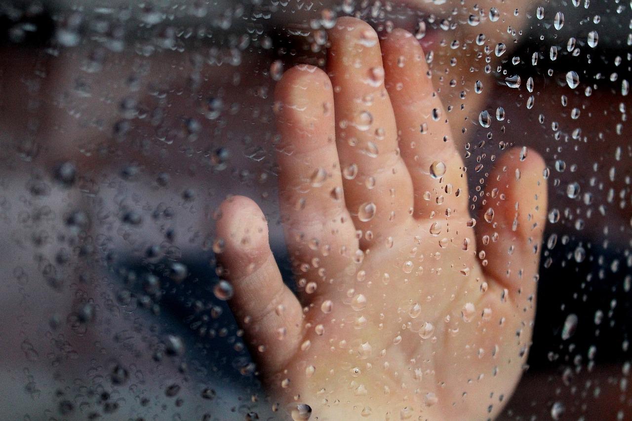 Рука на стекле дождь картинки