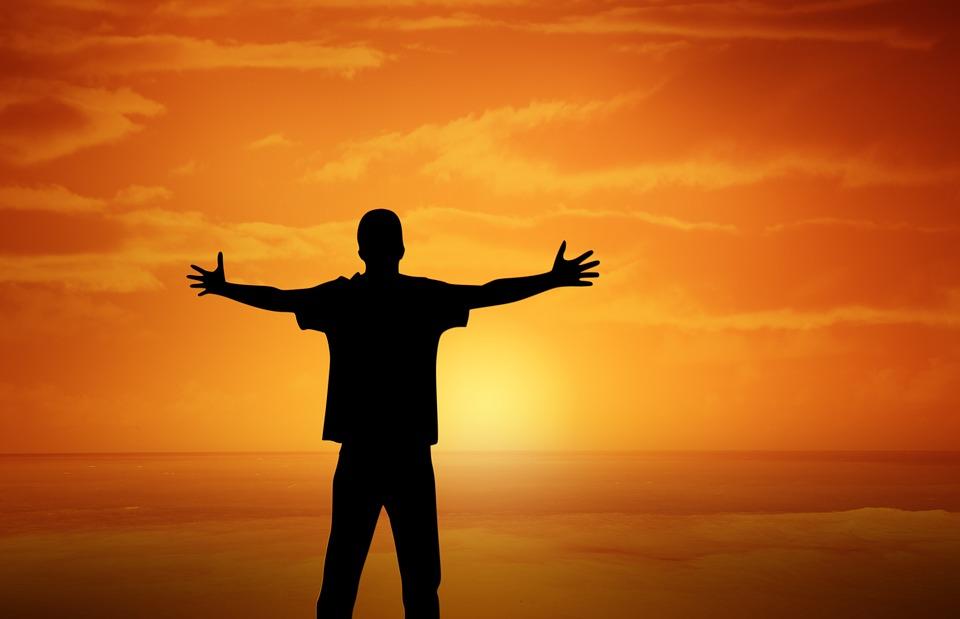 日没, 少年, オープンアーム, ジェスチャ, オレンジ色の空, シルエット, 夕暮れ, 男, 男性