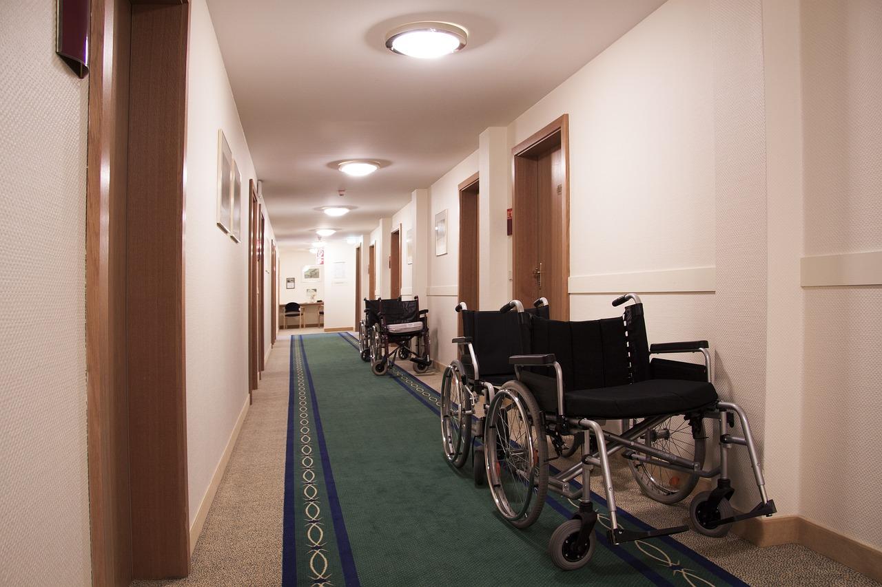 Gang im Pflegeheim mit Rollstühlen | Quelle: Pixabay