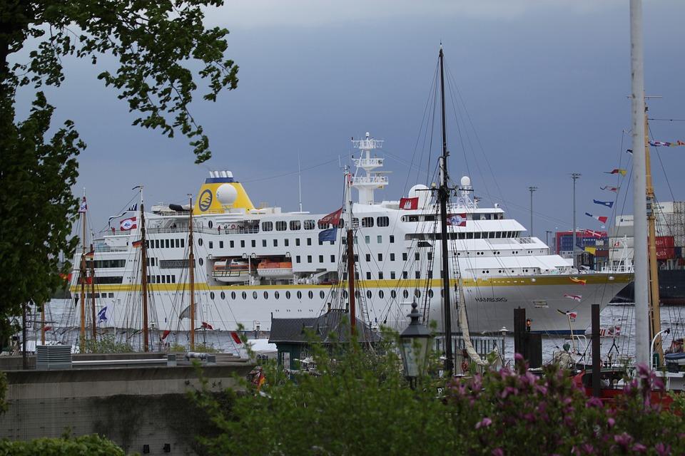 Drivande kryssningsfartyg i hamn