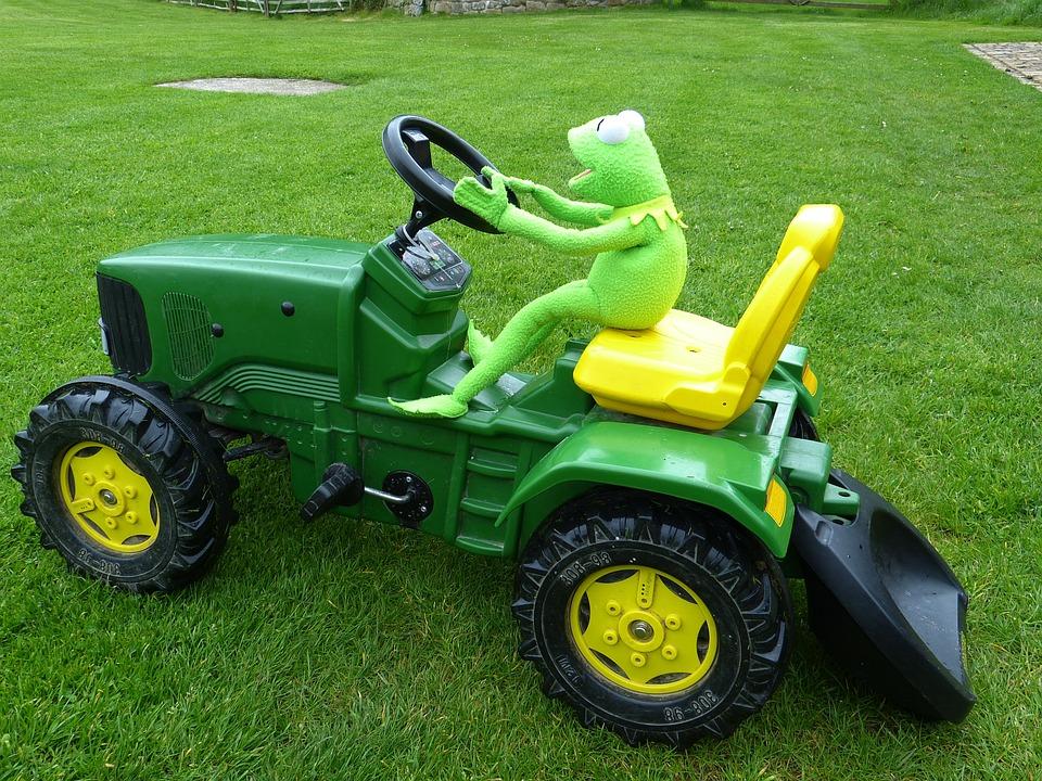 Kostenloses foto traktor fahren spielzeug kermit