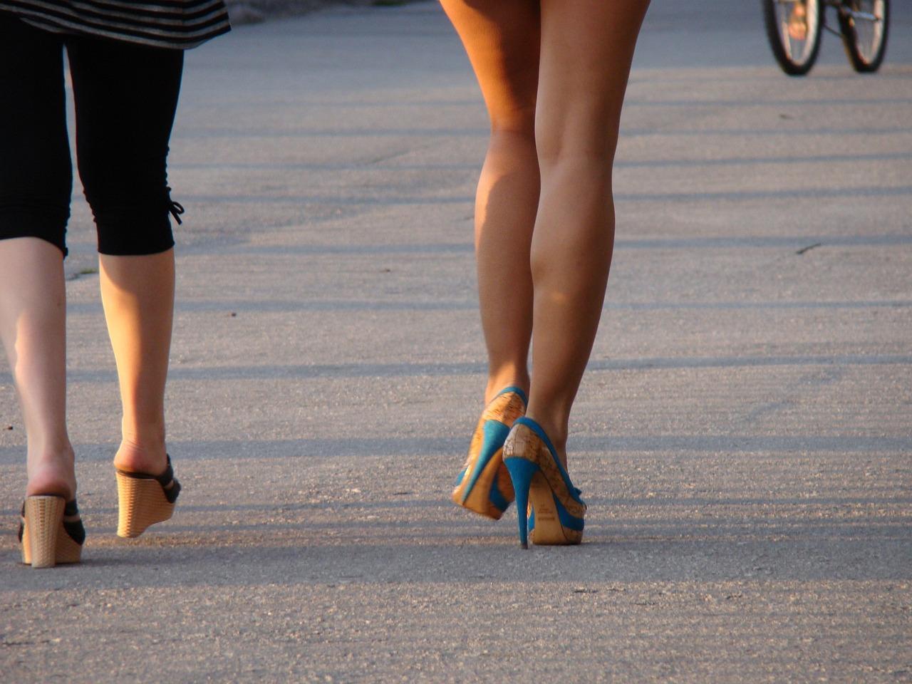 отличии других женские ноги на улицах города летом фото кремовая текстура