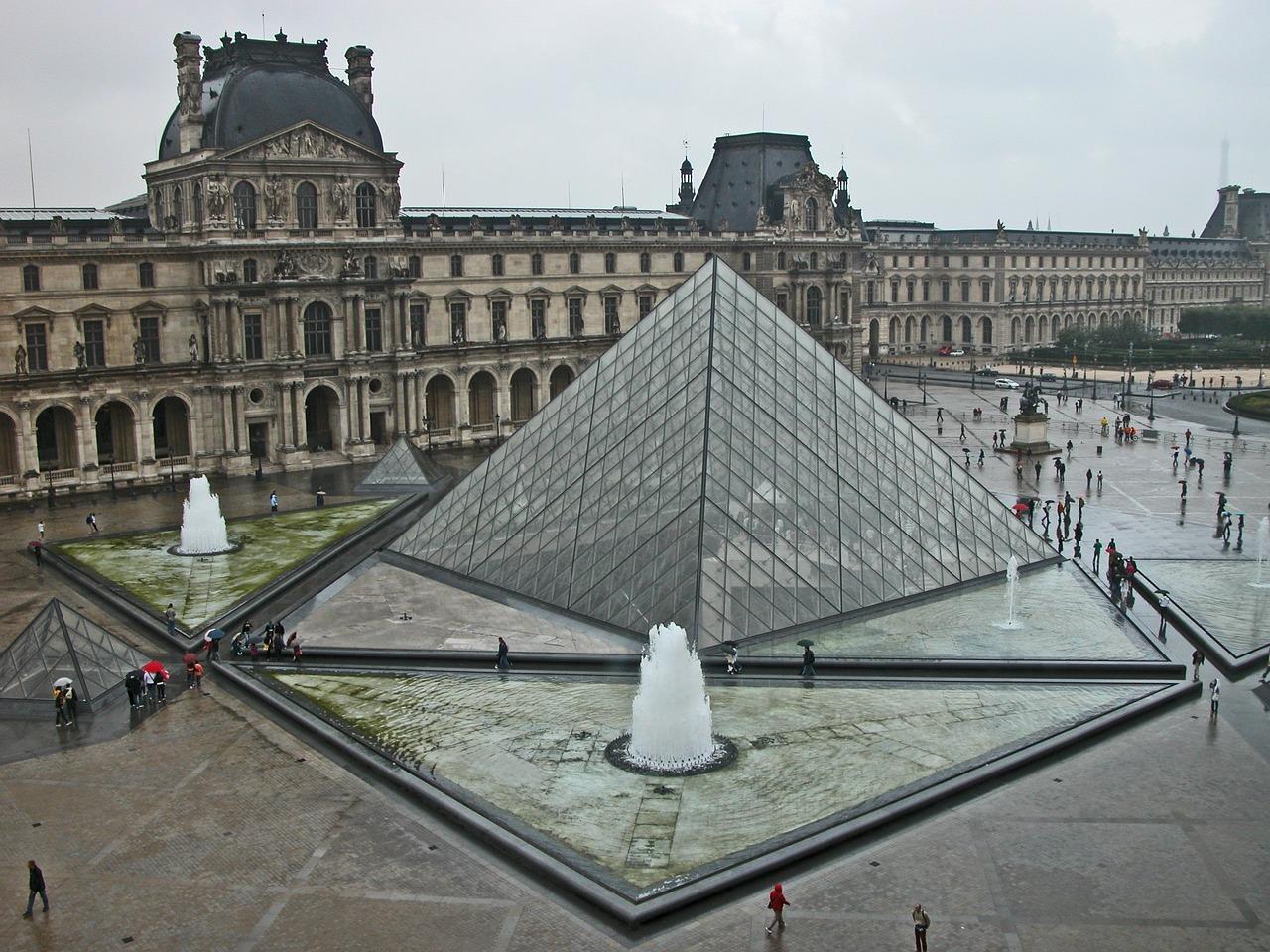 официальном фото с пирамидой лувра шестидесятые-семидесятые