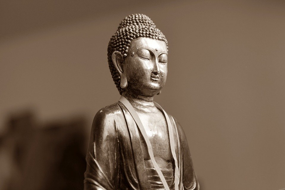 https://cdn.pixabay.com/photo/2013/10/22/19/54/buddha-199462_960_720.jpg