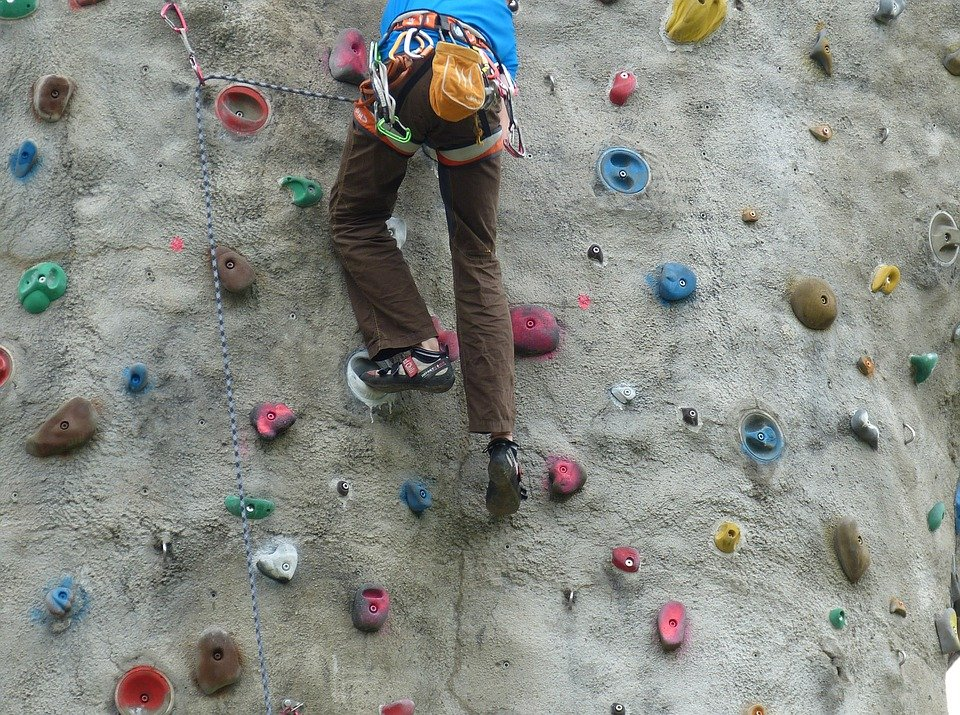 スポーツ, 防護服, 登る, 壁を登る, 登りを保持, クライマー, 急, 高, 上方, 男, スポーツ選手
