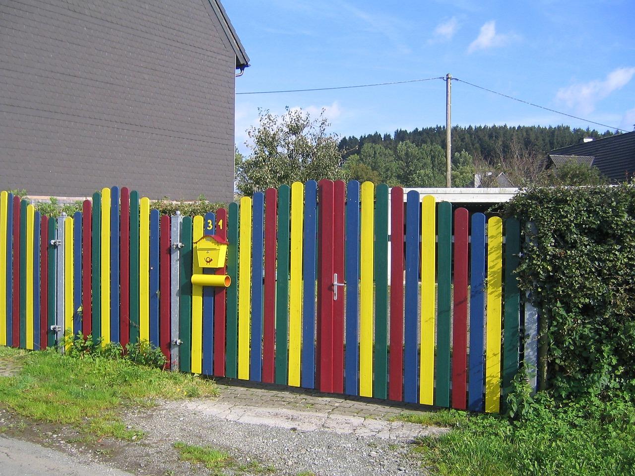 оригинально покрасить забор из штакетника фото цифровая фоторамка