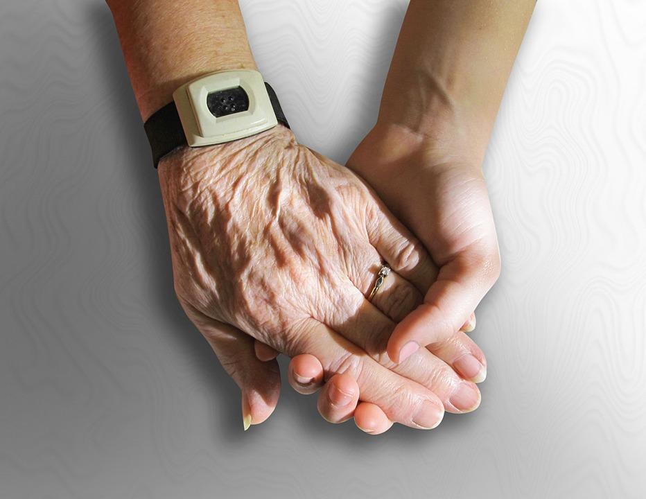 手, 古い, 若いです, 保持, 思いやりのあります, お友達と, 家族, しわ, 人間, 老人, 高齢化