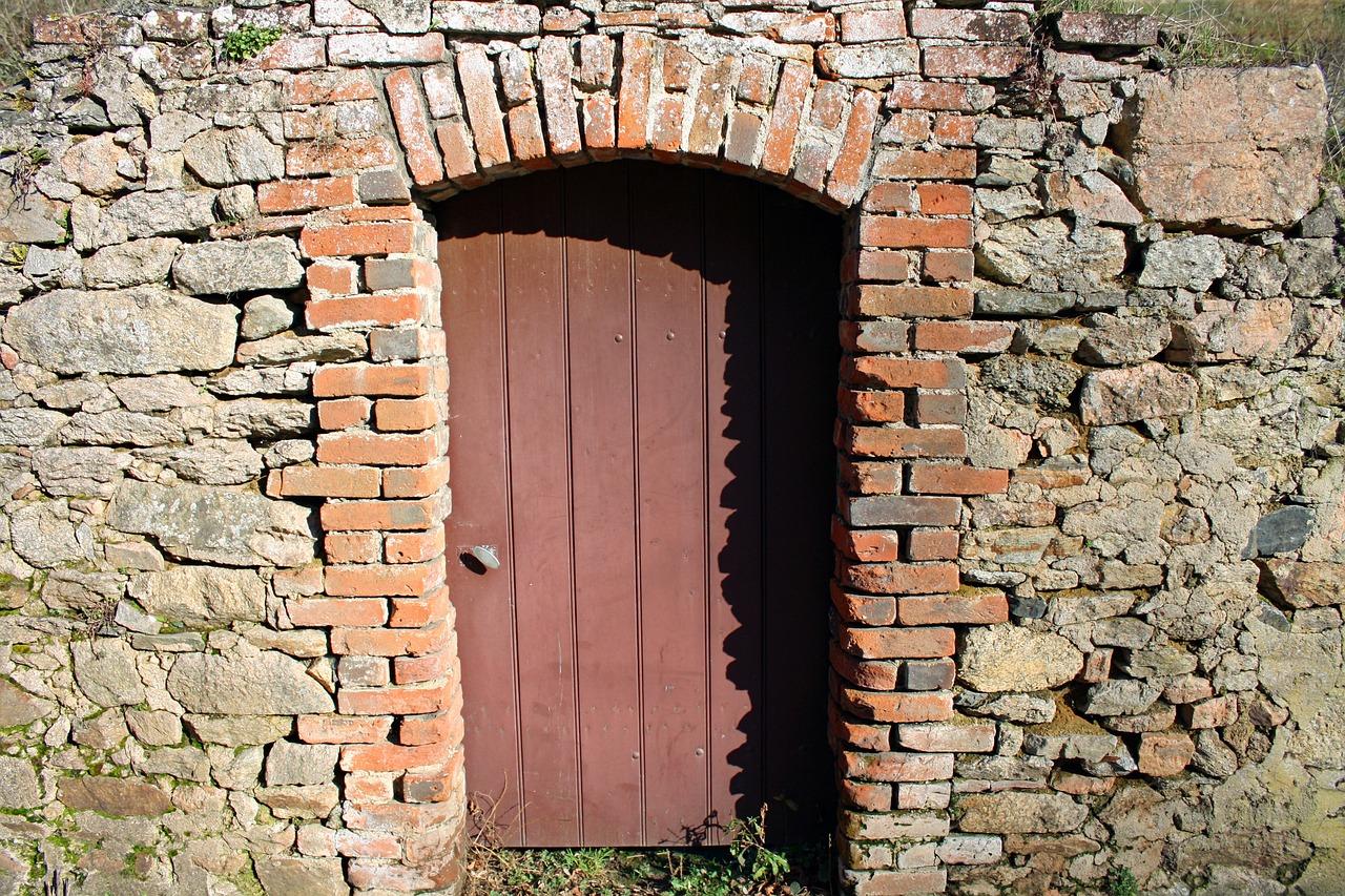 кирпичная стена с дверью