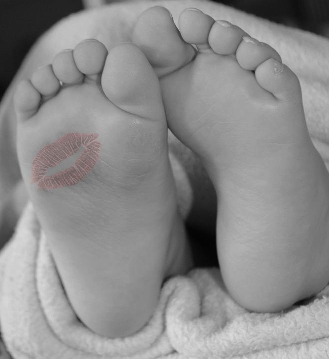 целует ножки в порно онлайн