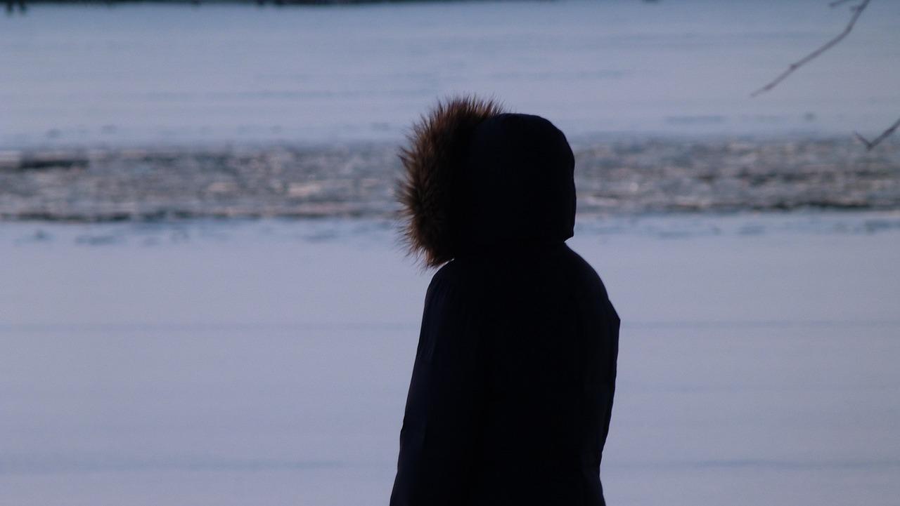 Фото парень в капюшоне зимней ночью