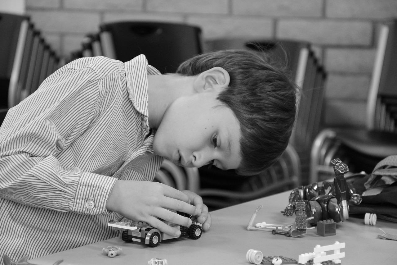 enfant jouant aux blocs de construction