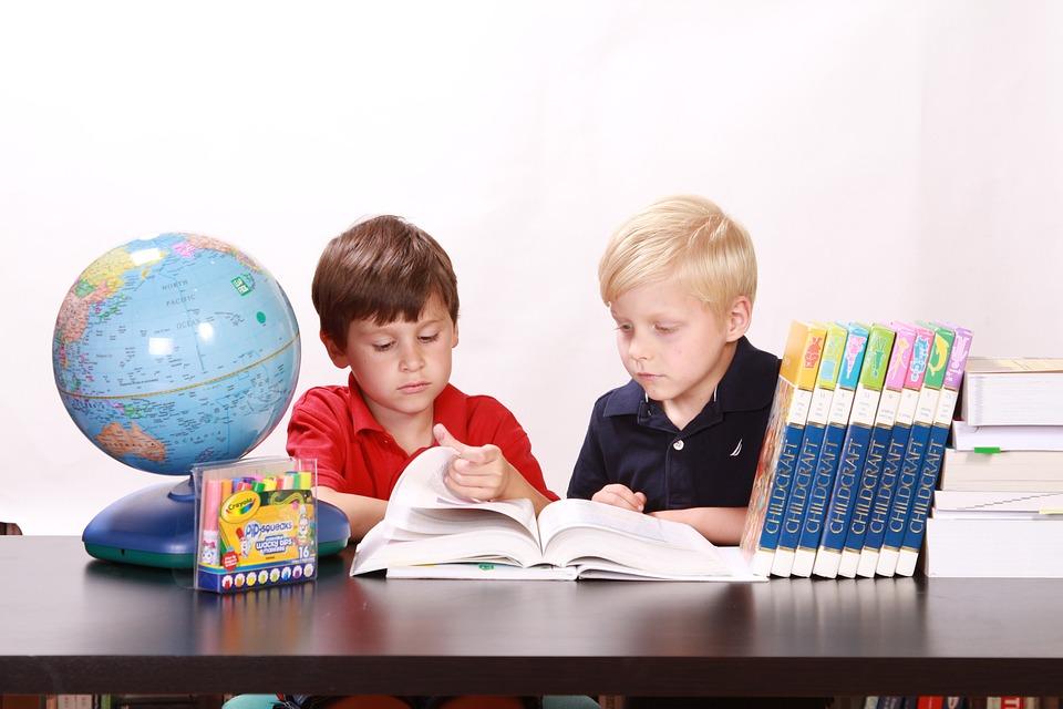 子供, 勉強, 一体感, 少年たち, 読書, 書籍, 学生, 学習, 教育, 材料, 地球, 木造, テーブル