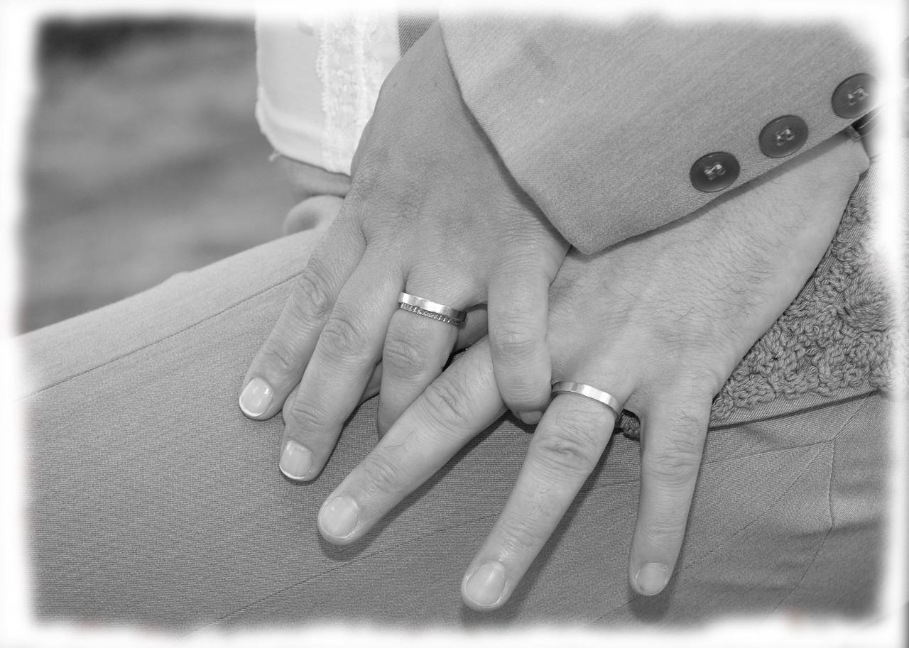 прямо картинки с кольцами обручальными на руках черно белый нежно
