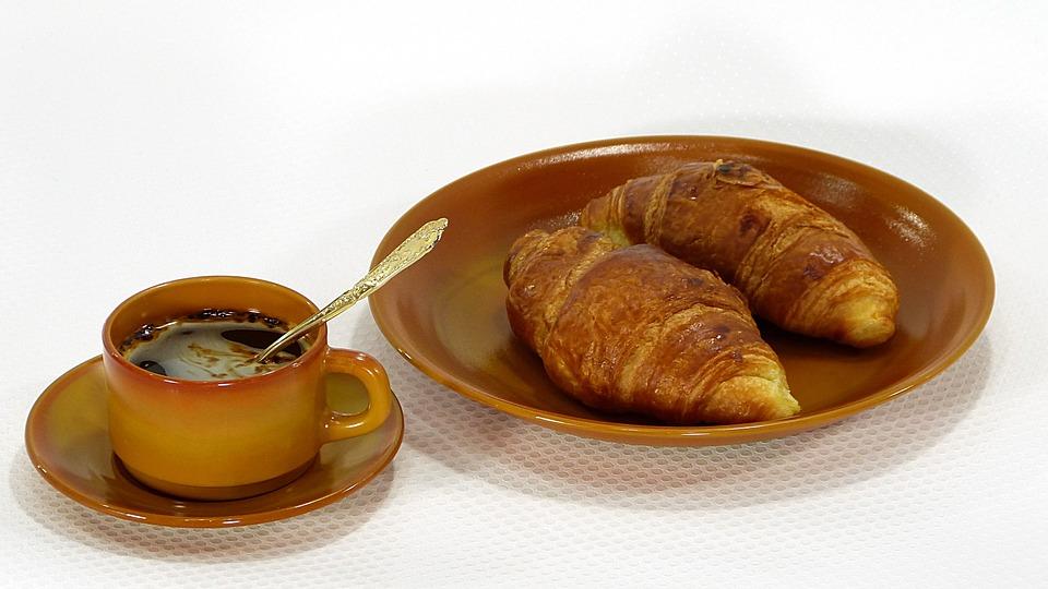 croissants assiette tasse photo gratuite sur pixabay. Black Bedroom Furniture Sets. Home Design Ideas
