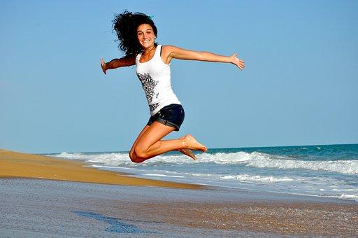 女性, ビーチ, ジャンプ, 幸せな女, 幸せ, にこやか, 笑顔, 波, 砂