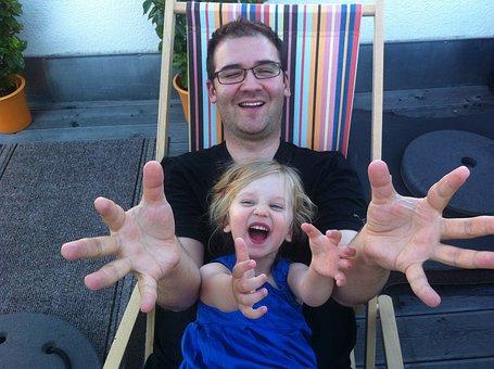 父, 娘, 子, 楽しい, 笑う, 幸せです, 家族, 開いて腕, 手