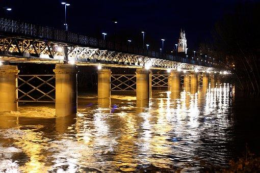Qué ver qué hacer en La Rioja, Vista nopturna del Puente de Hierro iluminado Logroño