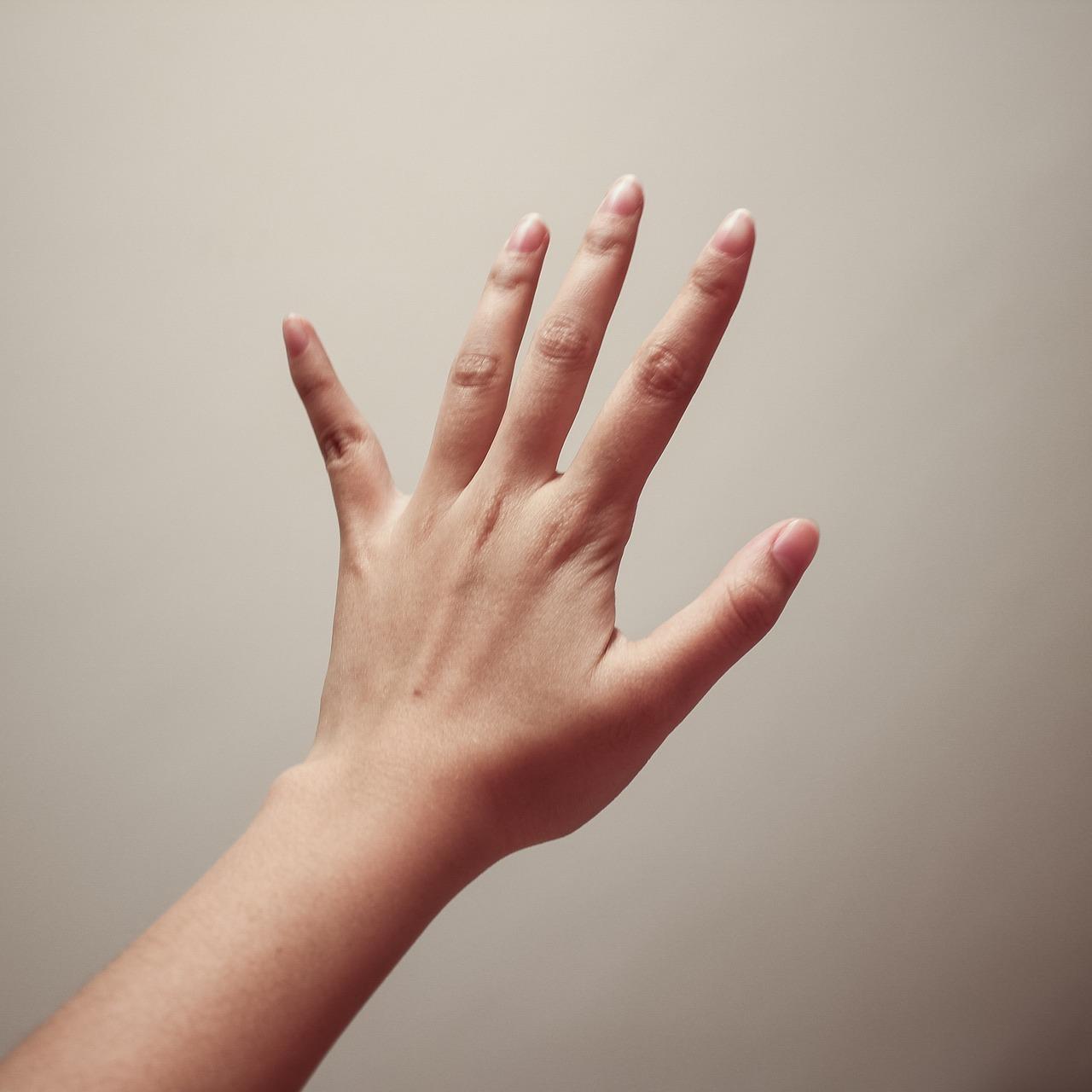 женские пальцы фото контекста ведёт