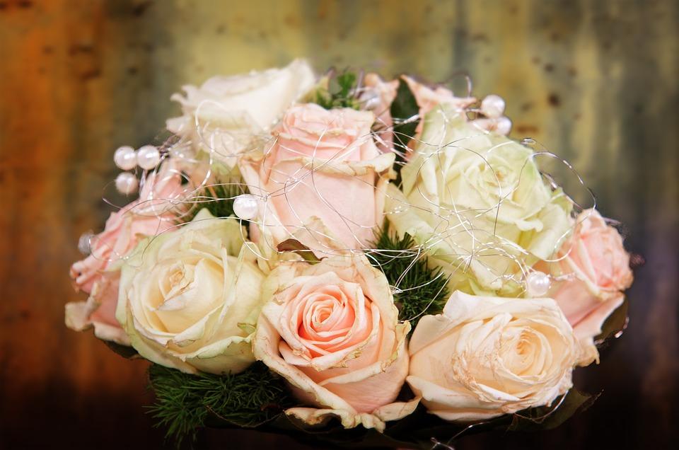 女性の結婚式お呼ばれ服のマナー|年代別/NG服/アクセサリーや靴