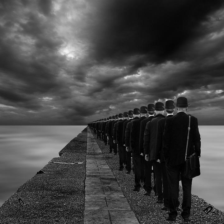 Assimilering defineres gjerne som uniformitet, noe dette bildet med mange menn på linje illustrerer.