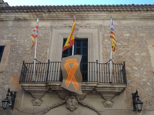Mallorca in 16 Daten und Fakten - Rathausbalkon mit Flaggen, Mallorca-Flagge rechts