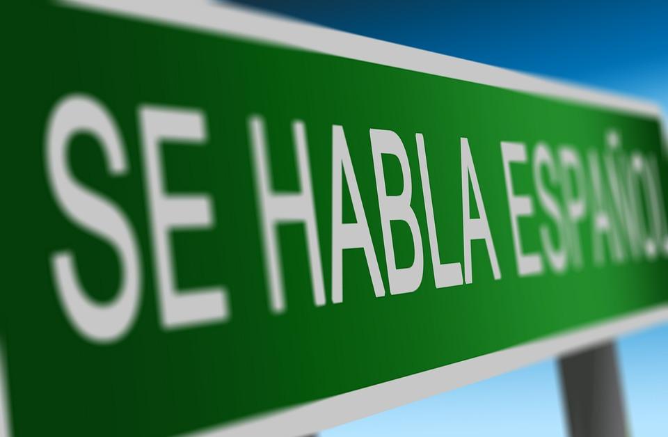 Du kan lære spansk på egenhånd gjennom nettstudier.