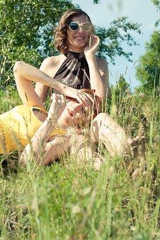女の子, 夏, 太陽, 笑顔, 喜び, 友人同士, 散歩, 会話, 携帯電話