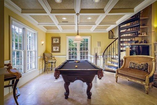 Vakre hjem og interiør assosieres ofte med antikke møbler.