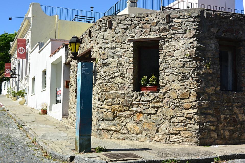 Case In Pietra Antiche : Case di pietra antiche in vicolo nel villaggio medievale della