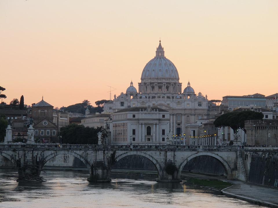 夕暮れの素敵なサン・ピエトロ大聖堂です。