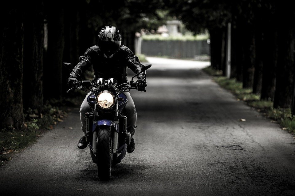 https://cdn.pixabay.com/photo/2014/07/31/23/10/biker-407123_960_720.jpg