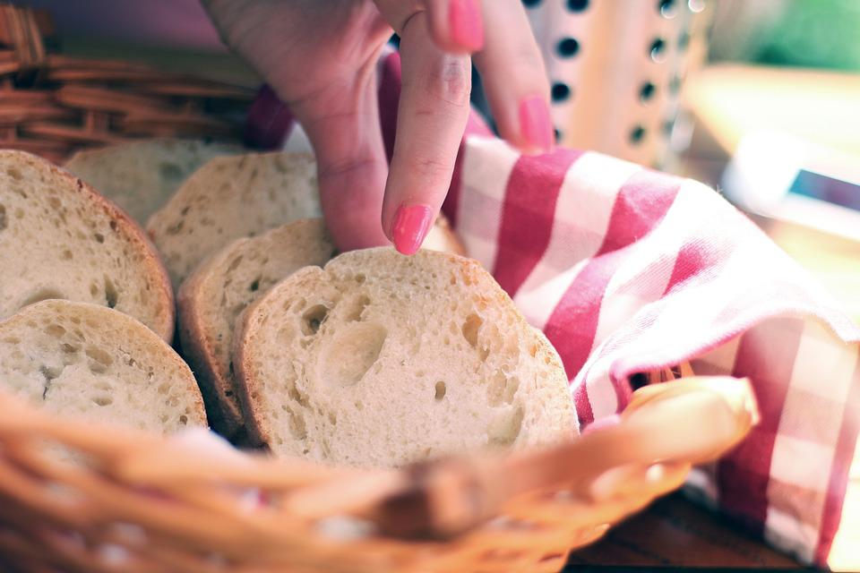 Pane, Affettato, Fette, Mano, Afferrando, Mangiare