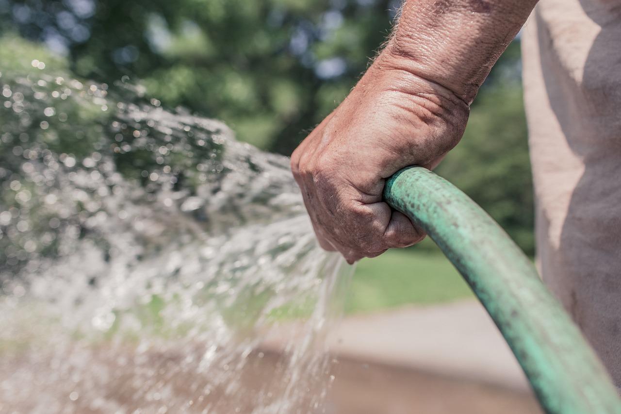 ガーデン ・ ホース, ホース, 散水, ガーデニング, 庭, 夏, 水, 振りかける, 手, 保持, 男