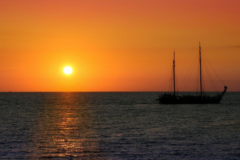 Segelschiffe auf dem meer sonnenuntergang  Kostenloses Foto: Segelschiff, Sonnenuntergang, Meer - Kostenloses ...