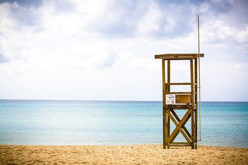 С пляжей Кинерета выгнали сотни купальщиков,  одного едва спасли