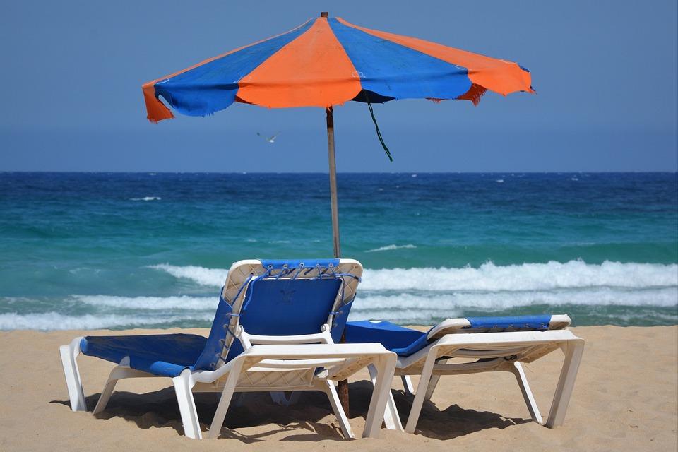 kostenloses foto sonnenschirm sonnenliegen strand. Black Bedroom Furniture Sets. Home Design Ideas