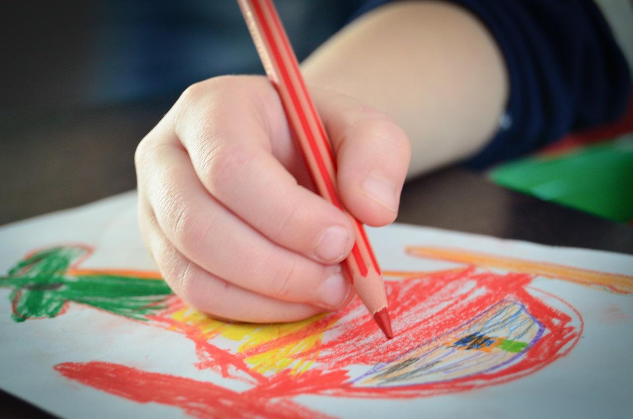 Почему ребенок рисует черными карандашами